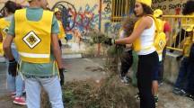 """Giovani e territorio: """"insieme puliamo il mondo!"""". Per iniziativa dell'associazione Oikos Legambiente, gli studenti della Media """"Opromolla"""" puliscono gli spazi aperti della propria scuola."""